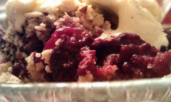 Herlig! Smuldrepai med bjørnebær og vaniljeiskrem! - litt sunnere variant enn den vanlige