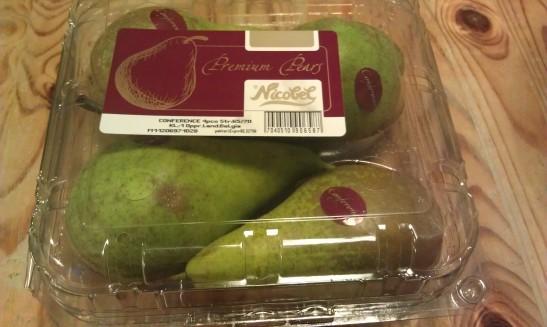 - hvorfor i all verden kjøper vi frukt i tykk plast, sånn bortsett fra at den smaker fantastisk? Plastsløseri, spør du meg!