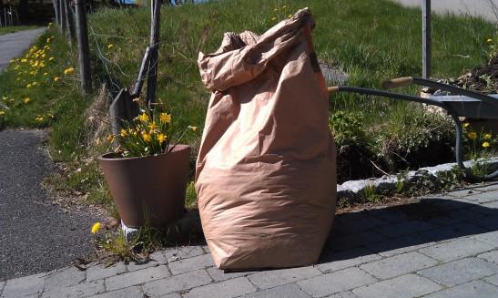 - raking av rusk og løv er en super sommerjobb! -