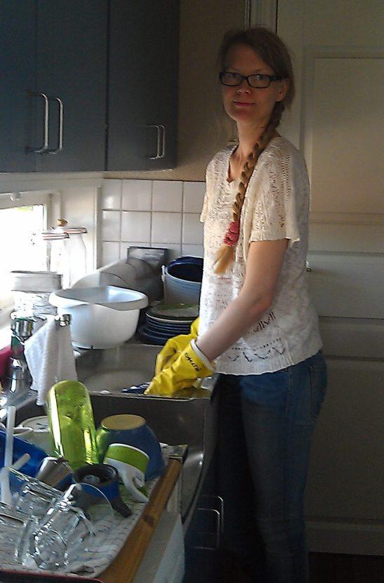 Lykkelig husmor i 70-tallskjøkken