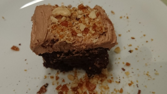 Sjokoladekake med krokan inni og uttapå