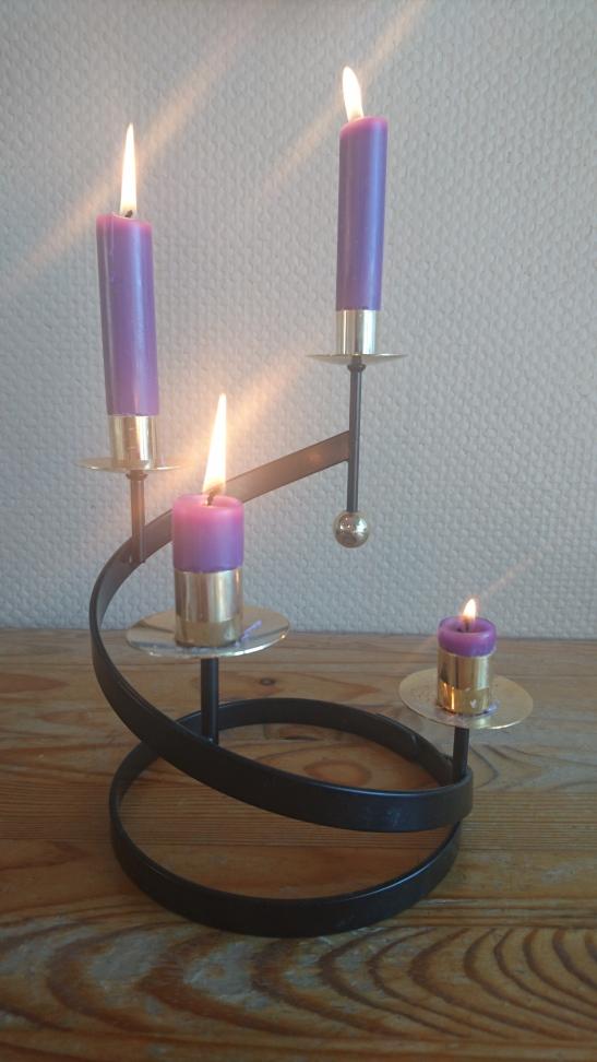 Fire tente lys