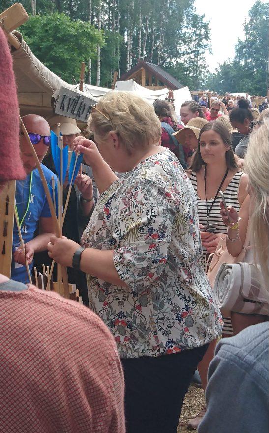Erna Solberg bevæpner seg med pil og bue, noe som kan komme godt med i valgkampen